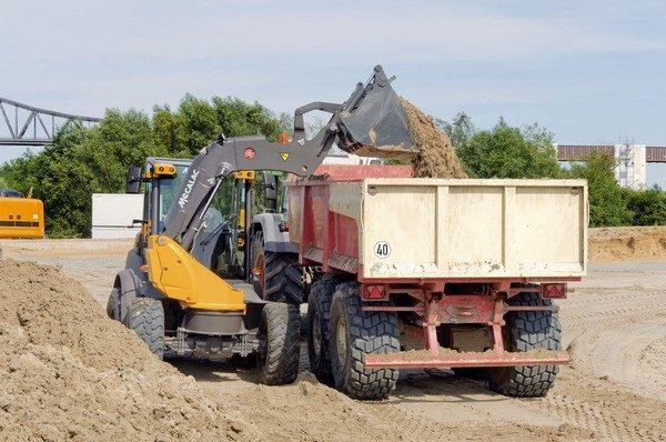 AS900 mit Schaufel beim Beladen von LKW